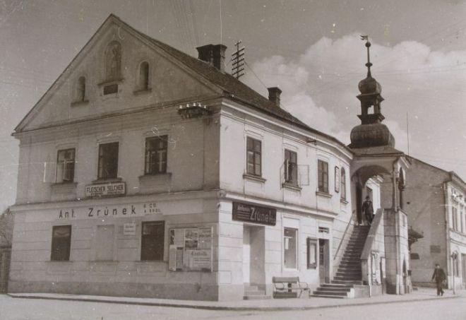 Fototografie budovy knihovny v proměnách času